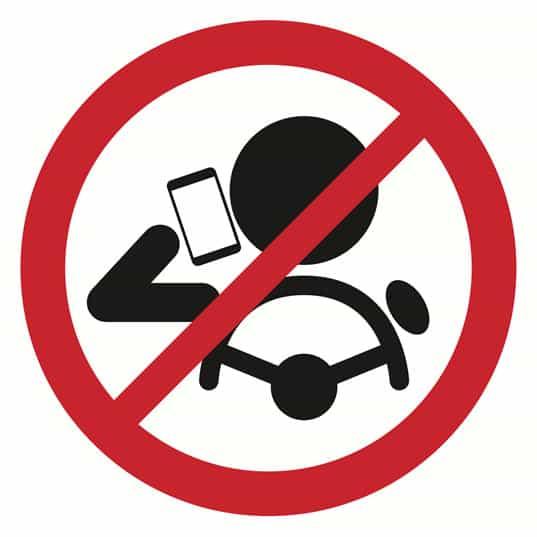 Il divieto di utilizzare il cellulare alla guida è importante perchè il 27% degli incidenti sono stati causati dall'uso del telefono cellulare