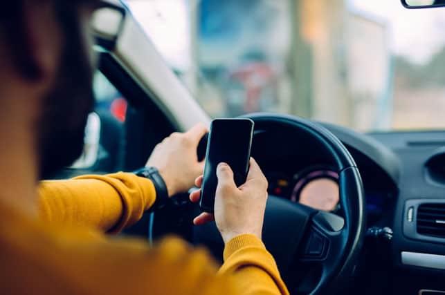 per coloro che guideranno con il cellulare con il nuovo decreto legge 150/2017 ci sarà la sospensione della patente