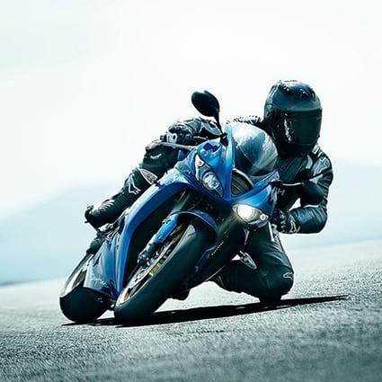 motociclista in strada