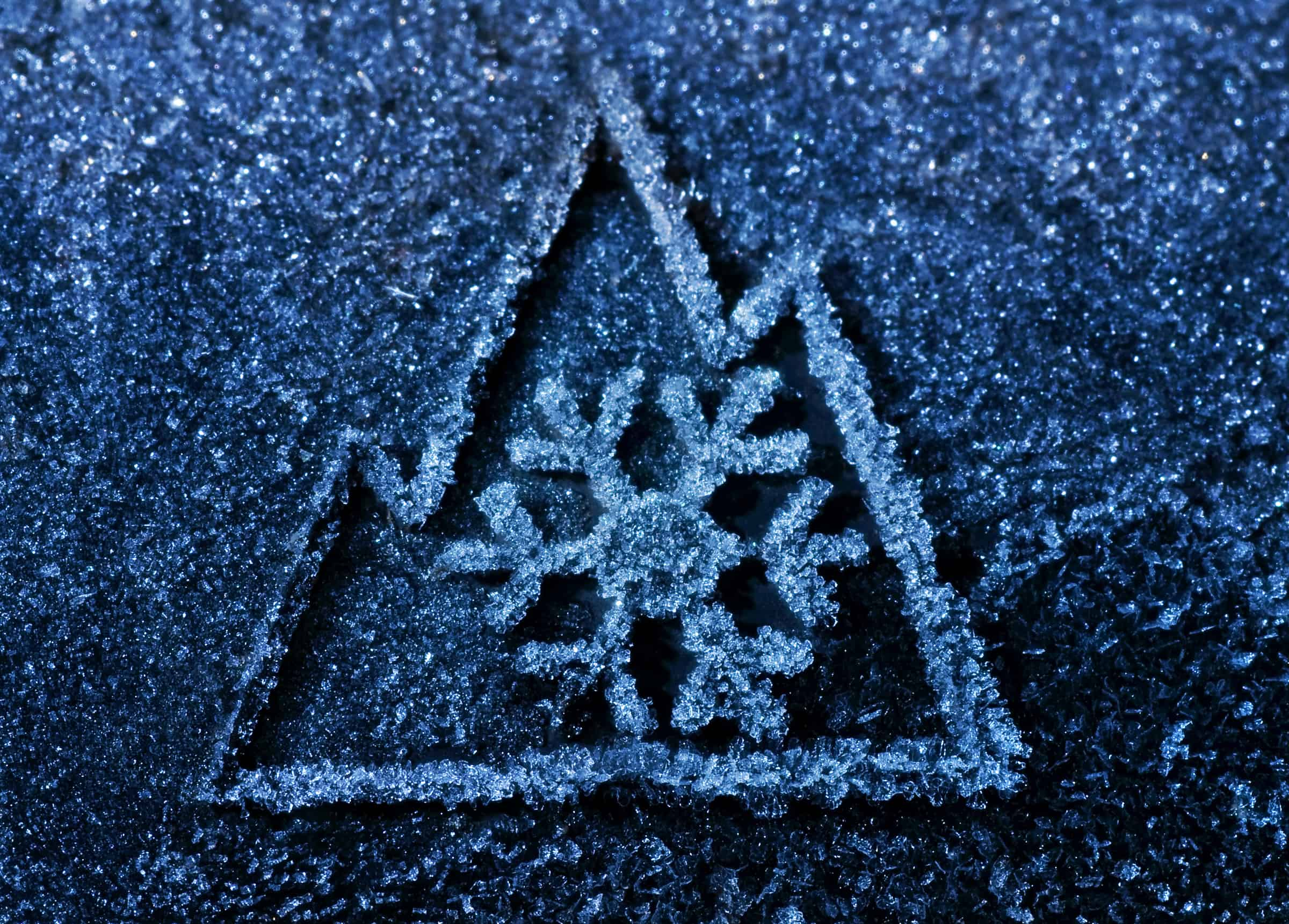 Il simbolo di un fiocco di neve sullo sfondo di una montagna identifica i pneumatici invernali/termici