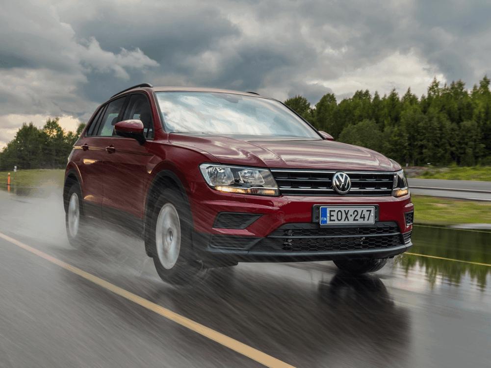 Per frenare in sicurezza, l'auto che viaggia su strada bagnata deve raddoppiare la distanza di sicurezza