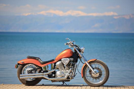 moto arancione in riva al mare