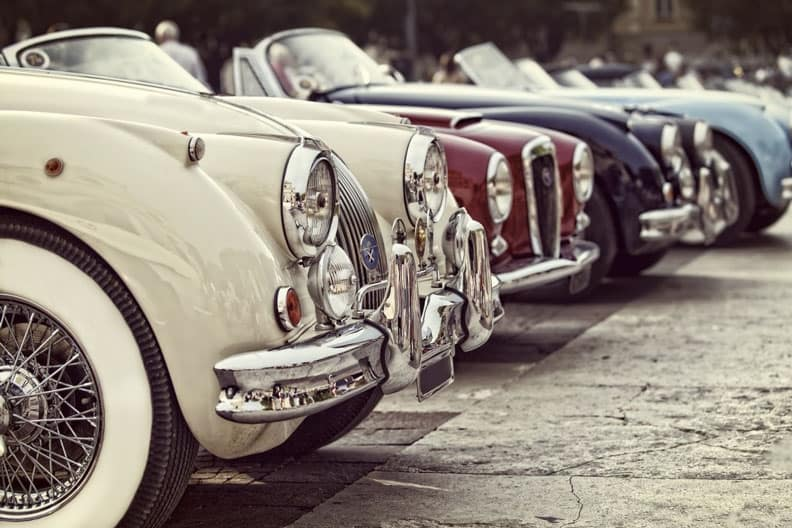 Automobili di lusso montano gomme con fascia bianca