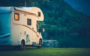 camper sul lago di notte