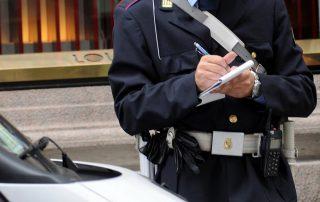 carabiniere che multa un automobilista