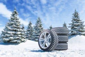 pneumatici invernali in un bosco innevato