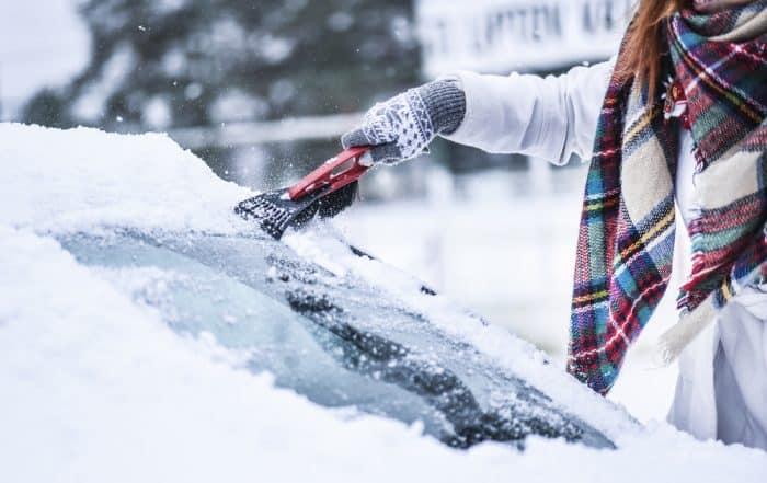 pulizia parabrezza dalla neve