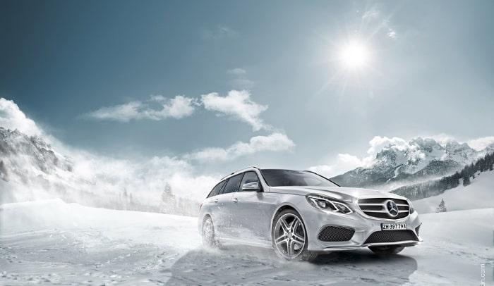 auto bianca in viaggio in inverno