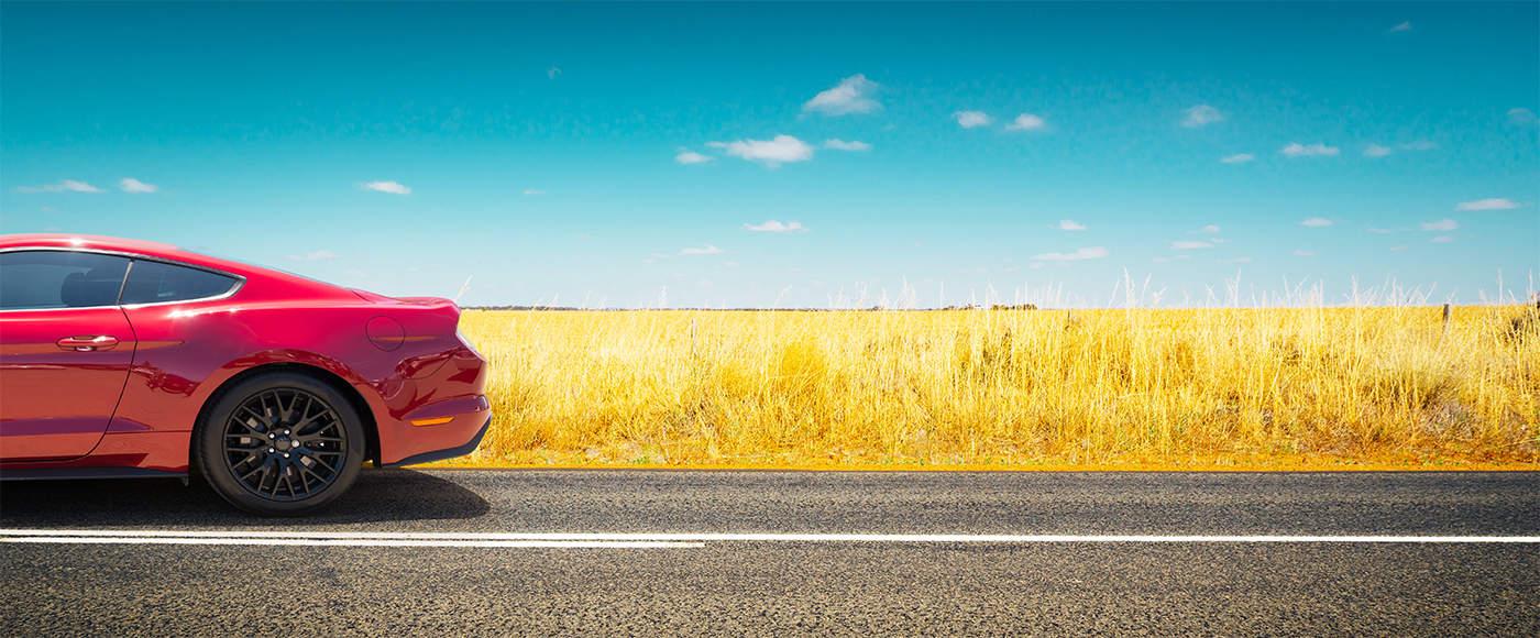 pneumatici estivi di un auto rossa