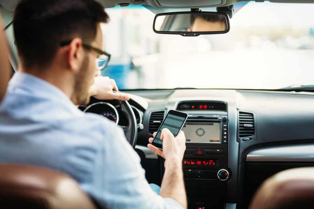 cellulare alla guida: pericoli e sanzioni