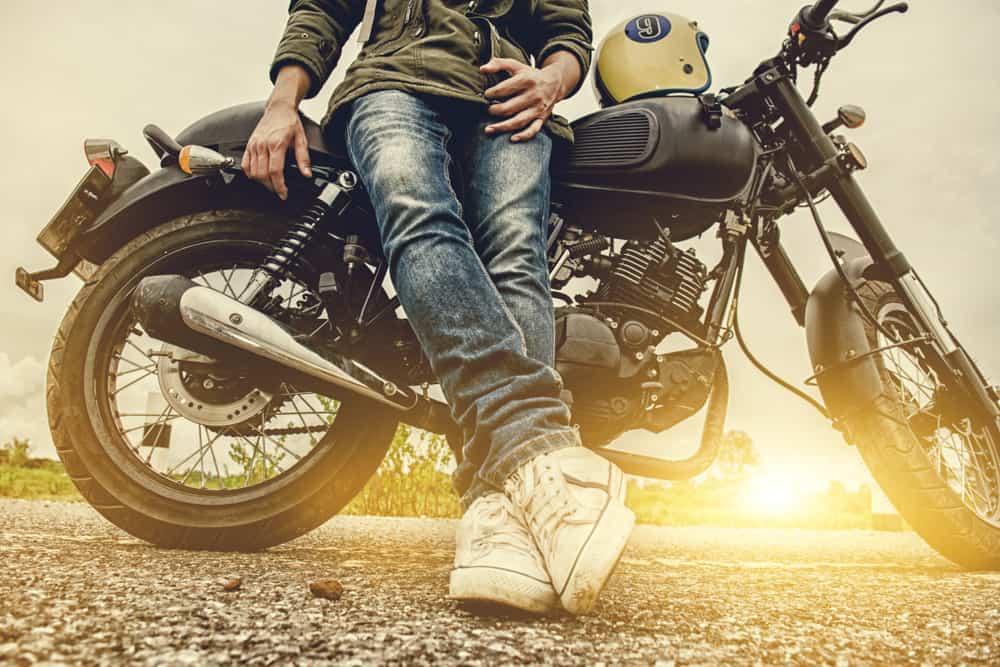motociclista appoggiato alla sua moto