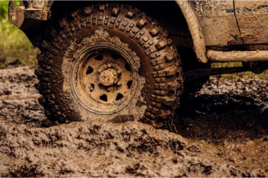 gomma da fuoristrada nel fango