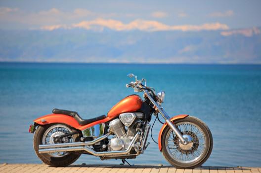 moto in riva al mare