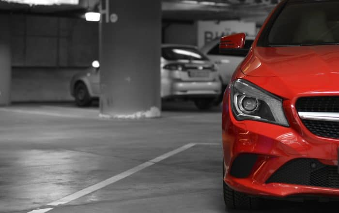 auto rossa parcheggiata