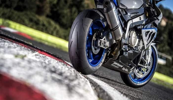 moto blu e grigia su circuito