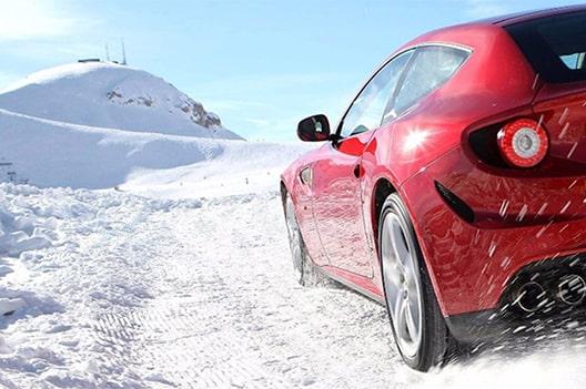 auto rossa con pneumatici invernali-min