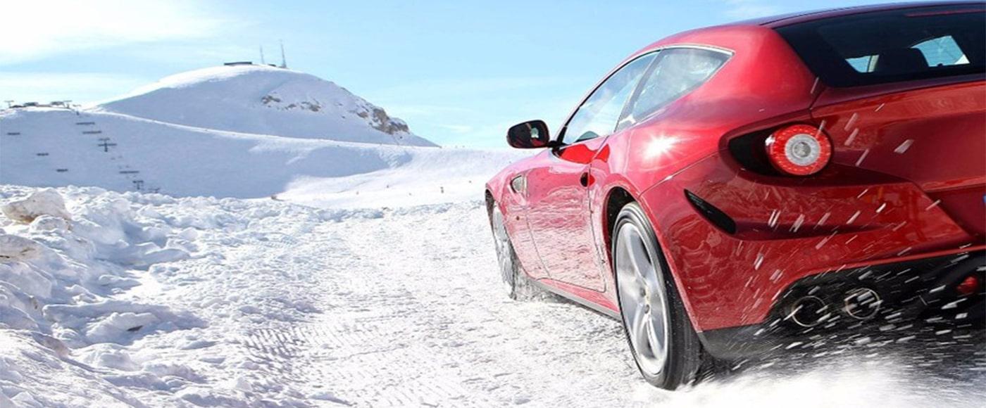auto rossa con pneumatici invernali