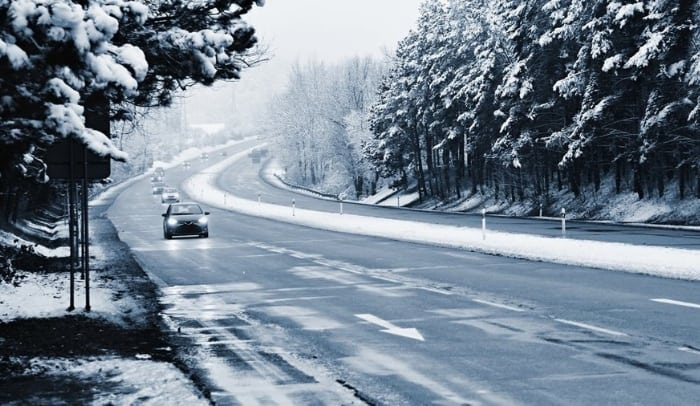 auto su strada innevata